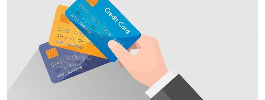 Credit management e recupero crediti: le differenze. Tre carte di credito in mano ad un avvocato. Le carte di credito rappresentano le attività che compongono il credit management